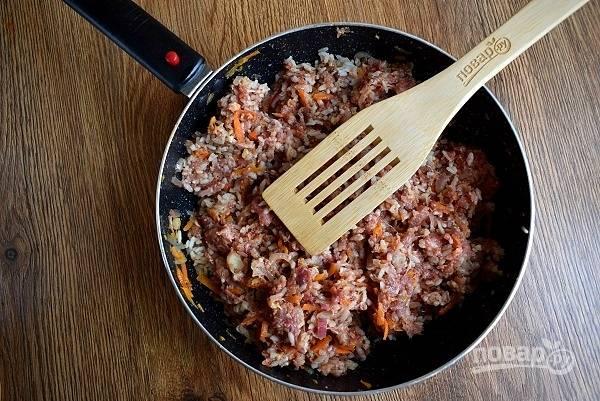 Добавьте фарш, специи, соль, рис и перемешайте.