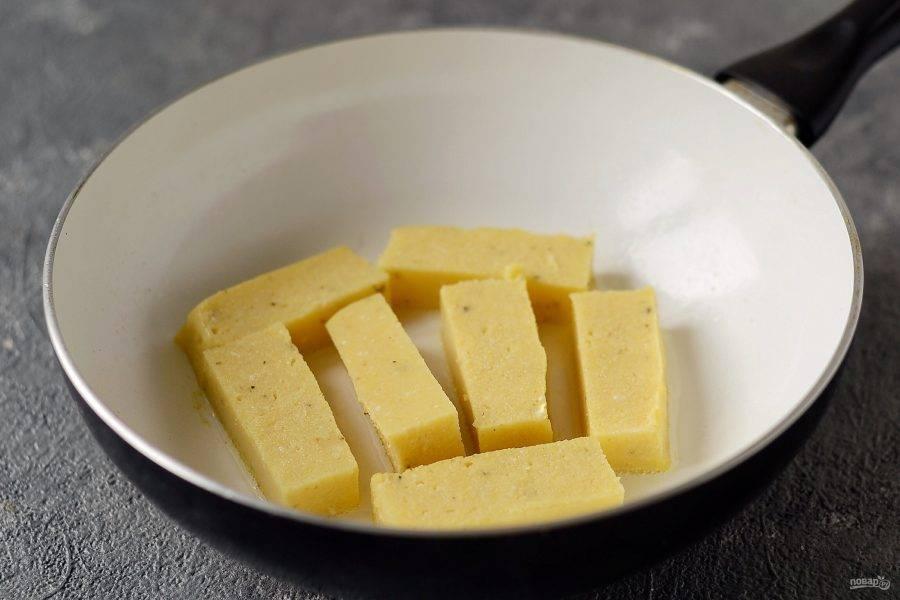 Обжарьте поленту на сковороде по 5 минут с каждой стороны до хрустящей корочки.