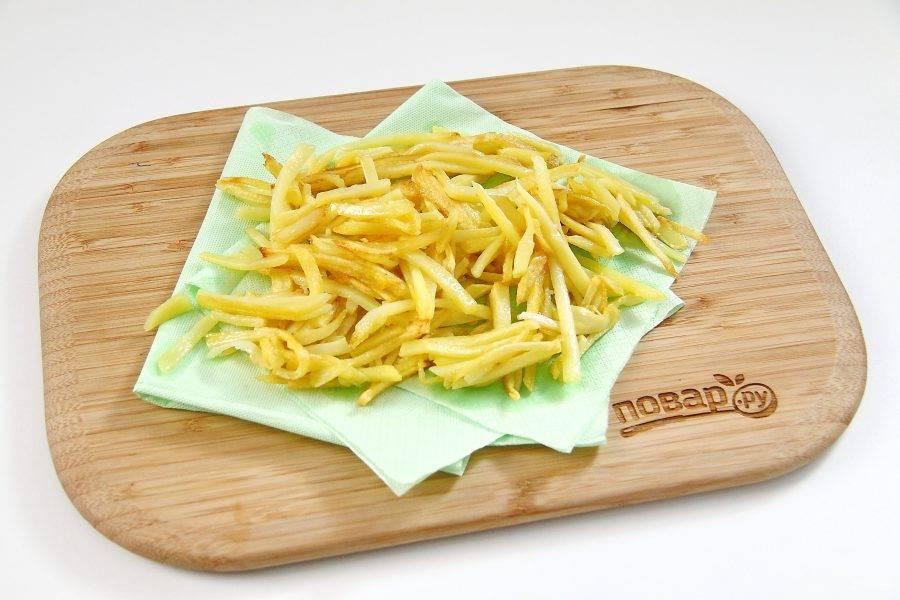 Обжарьте картофель на разогретом растительном масле, посолите и выложите на бумажное полотенце или салфетку, чтобы убрать излишки жира.