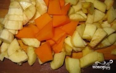 Помойте яблоко, тыкву и банан. Очистите тыку с бананом. Все эти ингредиенты нарежьте небольшими кусочками.