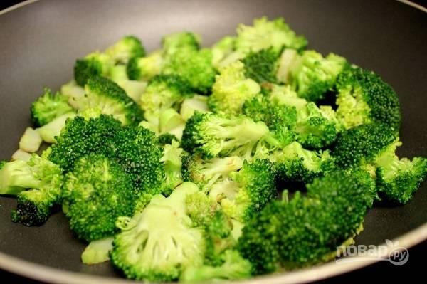 4. После снимите со сковороды и отложите в сторону. На сковороду добавьте еще немного масла и выложите разделенную на соцветия брокколи.