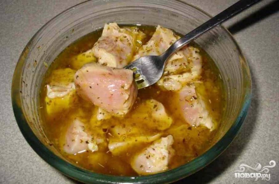 1.Отрезать лишний жир от куриного филе и нарезать его кубиками. С одного филе должно получится 5-6 кубиков. При помощи терки натереть лимонную цедру двух лимонов. Положить курицу, оливковое масло, лимонную цедру, лимонный сок, орегано, белый винный уксус, соль и перец в миску, накрыть крышкой и поставить в холодильник мариноваться. Оставить от 2 до 8 часов в холодильнике.
