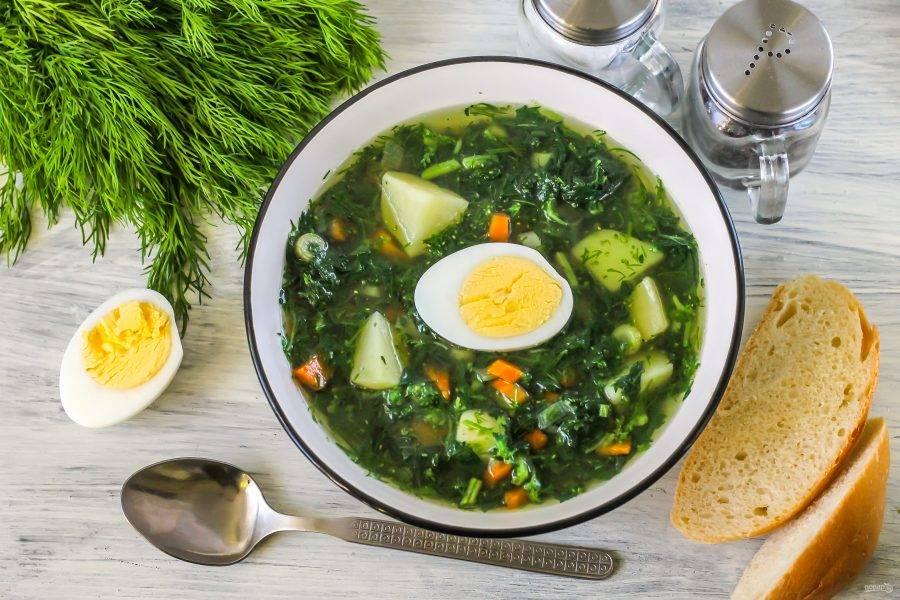 Разлейте суп в глубокие тарелки. Отварное куриное яйцо очистите от скорлупы и промойте, разрежьте пополам и выложите в тарелку при подаче. Особенно вкусен суп из крапивы со сметаной или майонезом. Приятного аппетита!