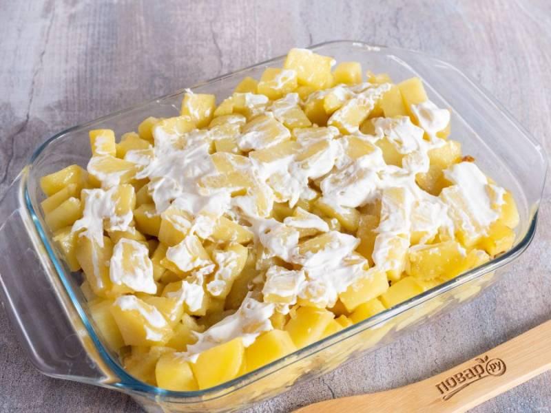 Смажьте картофель небольшим количеством майонеза.