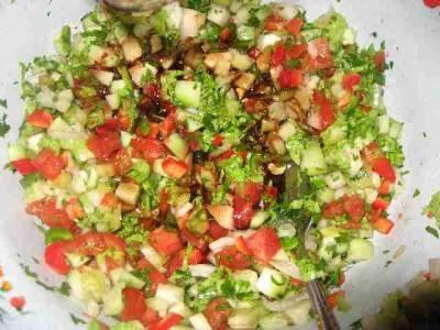 Поливаем салат заправкой, перемешиваем. Подавать салат лучше каждому отдельно. Перед подачей добавить маслины.