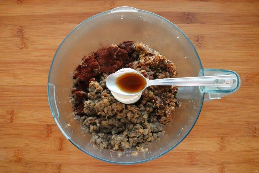 К финикам добавьте вареную чечевицу, какао и ванильную эссенцию. Измельчите.