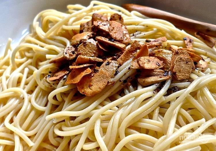 9.Выложите к спагетти горячее масло с чесноком.