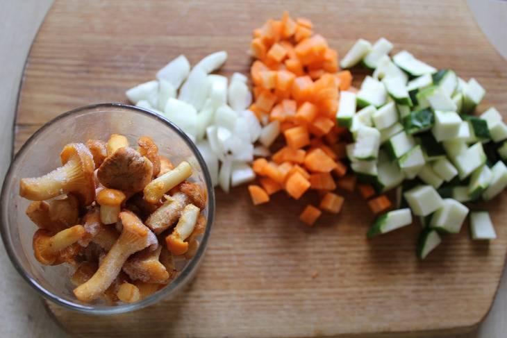 Мелко рубим все овощи и грибы.