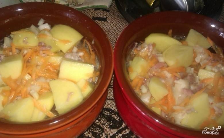 4. Возьмите горшочки для духовки и выложите в них подготовленные заранее продукты. Затем залейте горячей водой, оставив пару сантиметров до края горшочка.