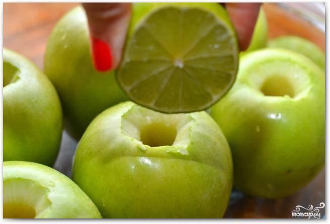 Внутрь каждого яблока добавляем немножечко лимонного сока (можно заменить соком лайма).