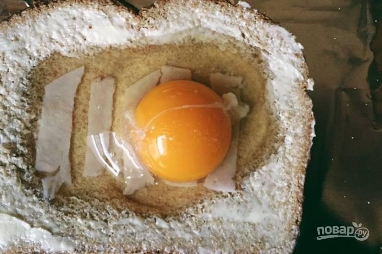 2. Вбейте в углубление яйцо, добавьте соль и перец по вкусу.