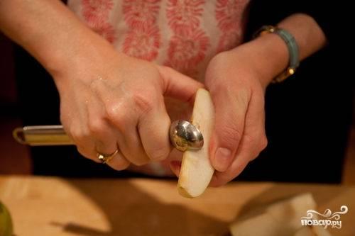 Груши разрезаем на четверти, вырезаем сердцевину. Нарезаем кубиками добавляем в миску с яблоками. Хорошенько все перемешиваем.