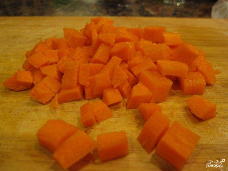 Теперь занимаемся гарниром. Морковь нарезаем мелкими кубиками.