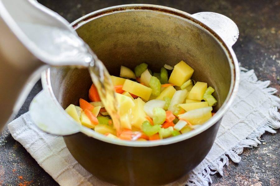 Подготовленный овощной набор сложите в кастрюлю и залейте горячей водой. Варите с момента закипания 25 минут.