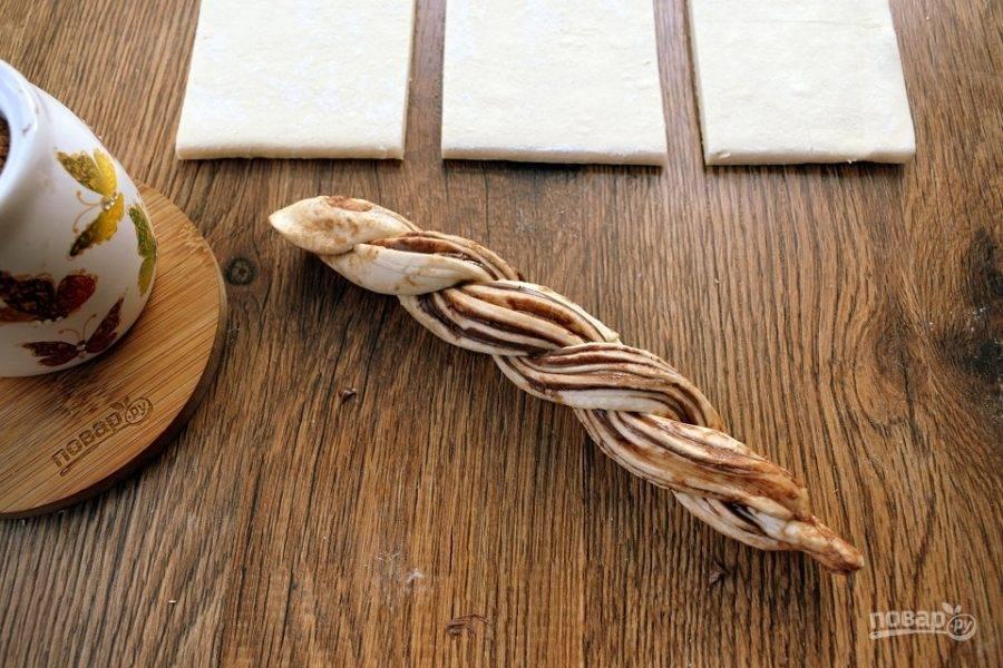 Переплетите две части жгутом срезами вверх. Закрепите тесто на концах.