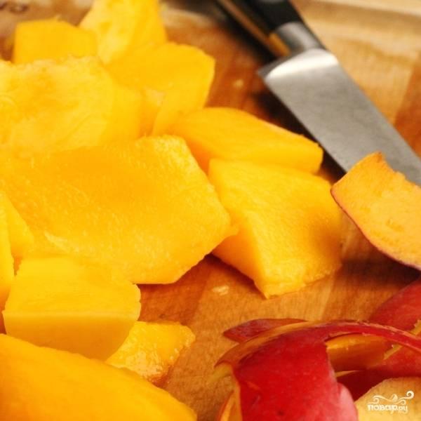 Крупными кубиками нарезаем мякоть манго.