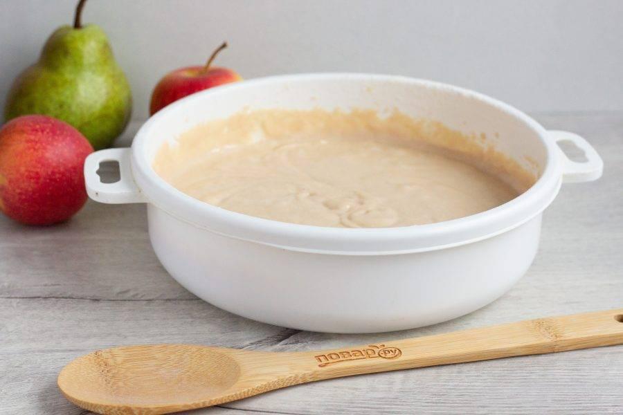 Смешайте всё сухие составляющие: муку, разрыхлитель, корицу и сахар. Просейте и введите в тесто.