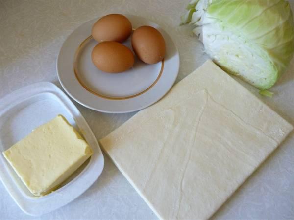 1. Вот такой скромный набор ингредиентов, которые нужно использовать в рецепт приготовления капустного пирога с яйцом.