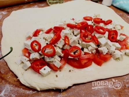Перец чили очистим от семян, нарежем тонкими колечками и выложим поверх сыра.