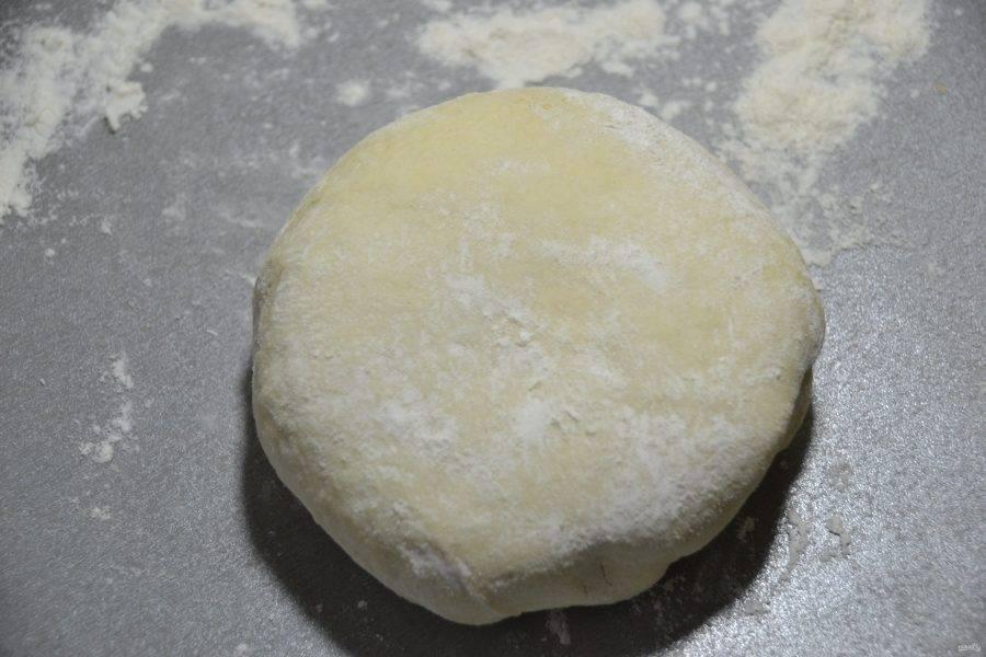 Выложите тесто на рабочую поверхность стола, припыленную мукой, подкатайте в шар.