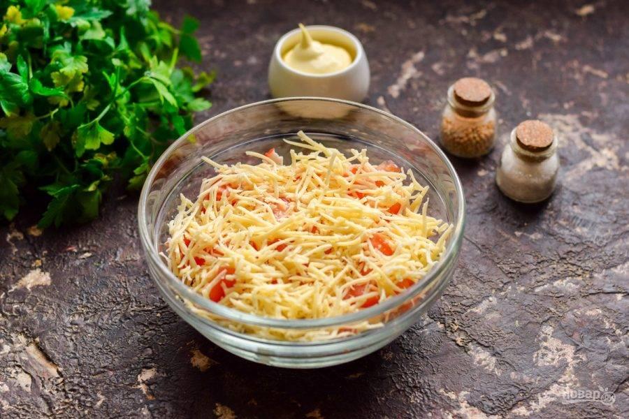 Далее выложите мелко натертый твердый сыр.