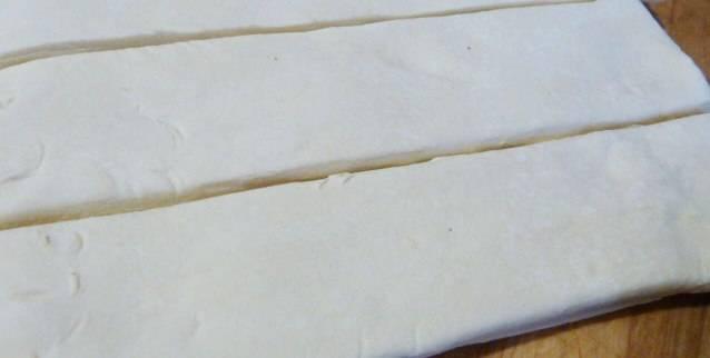 Слоеное тесто нарезаем полосками по ширине куска мяса.