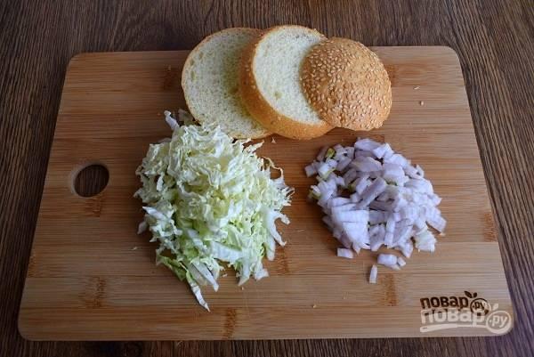 Булочку разрежьте поперек на 3 части. Китайску капусту и лук мелко нашинкуйте.