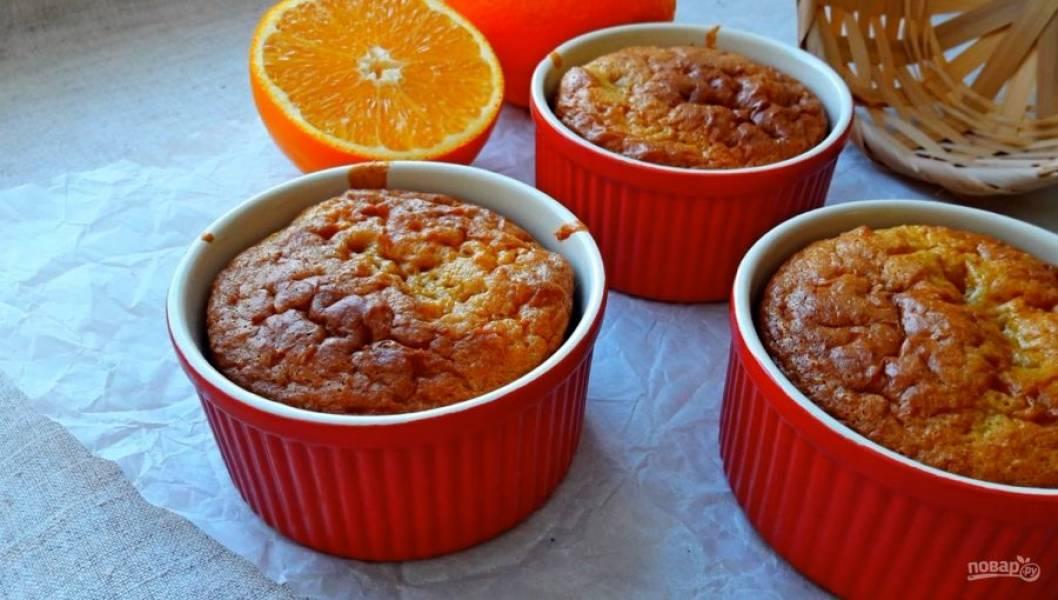 5. Вылейте тесто в формы (на 2/3 формы) и выпекайте в разогретой до 180 градусов духовке 30 минут. Приятного аппетита!