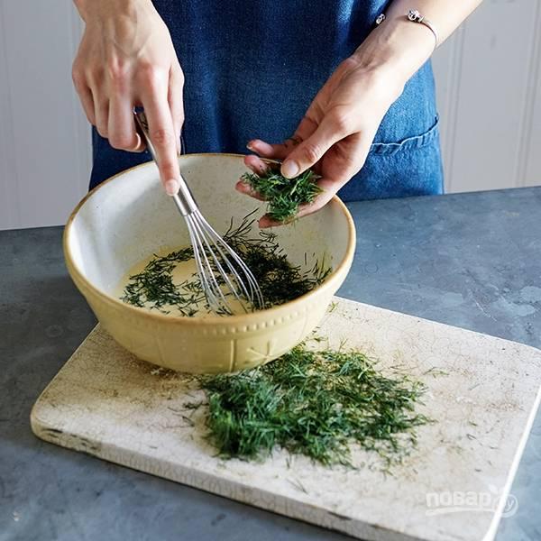 2.Нарежьте мелко укроп и добавьте его в миску к яичной смеси, перемешайте.