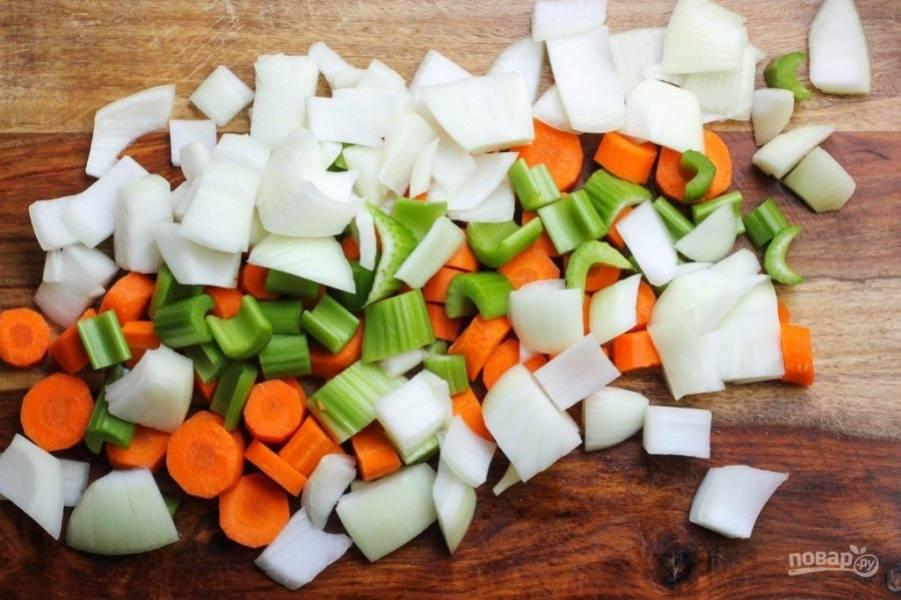 Вымойте овощи, нарежьте не очень мелко сельдерей, лук, морковь.