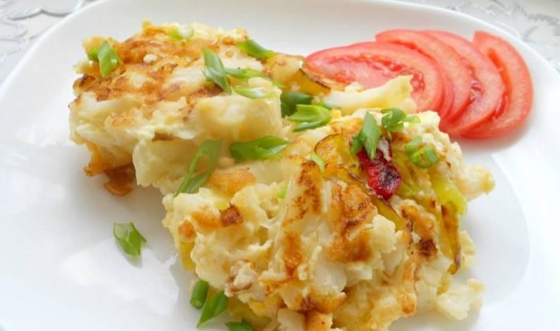 Залейте смесью капусту и жарьте минут 5. Потом переверните.  Готовую цветную капусту с яйцом на сковороде подаем с зеленью и овощами. Приятного аппетита!
