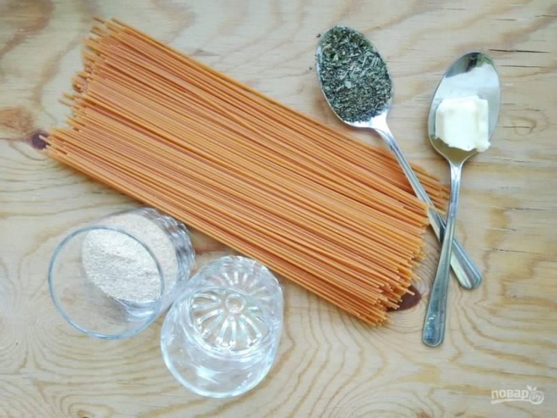 1. Подготовьте все продукты. Поставьте кипятить подсоленную воду для спагетти.