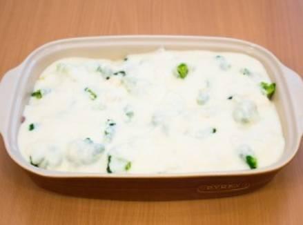 Заливаем приготовленным соусом индейку с овощами. Запекаем блюдо в духовке 1 час, температура 180 градусов.