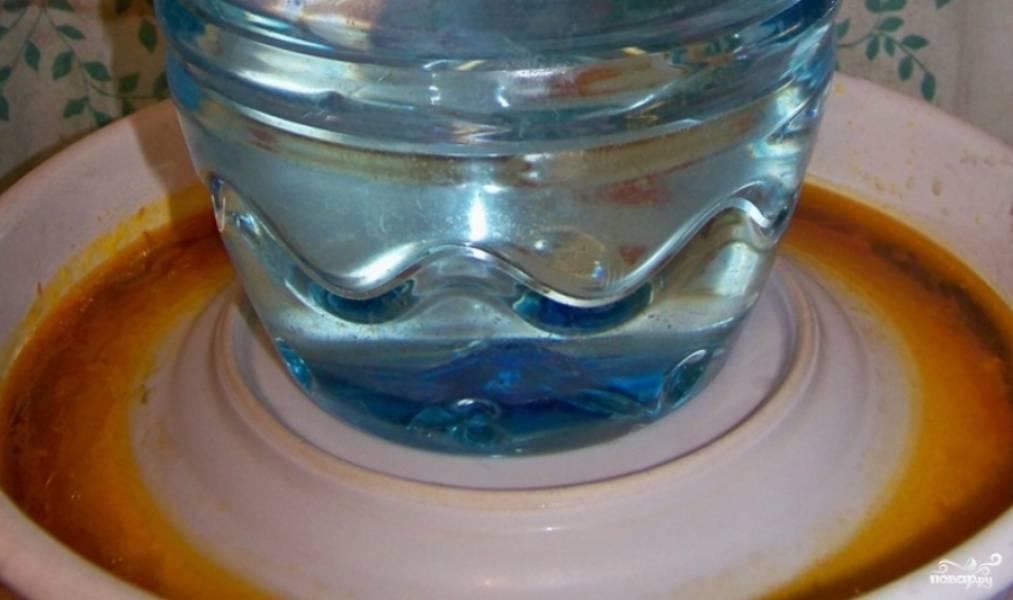 Баклажаны промойте, обрежьте лишние части. Далее разрежьте баклажаны вдоль пополам, а затем поперек. Отварите их в кипящей подсоленной воде 15 минут. Переложите баклажаны в глубокую емкость, накройте тарелкой, а сверху установите груз. Дайте постоять час.