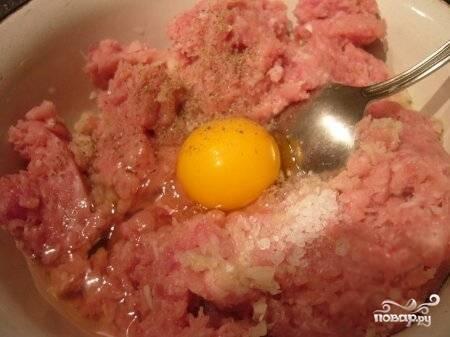 4) Вбиваем в миску с фаршем яйцо, солим и перчим. В очередной раз перемешиваем, чтобы получилась однородная масса.