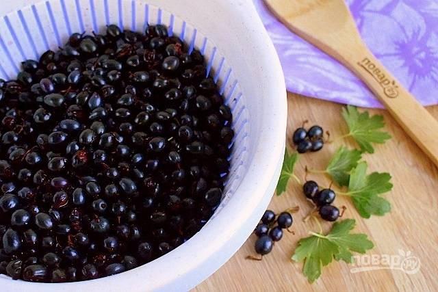 Промойте ягоды под холодной водой, откиньте на дуршлаг.
