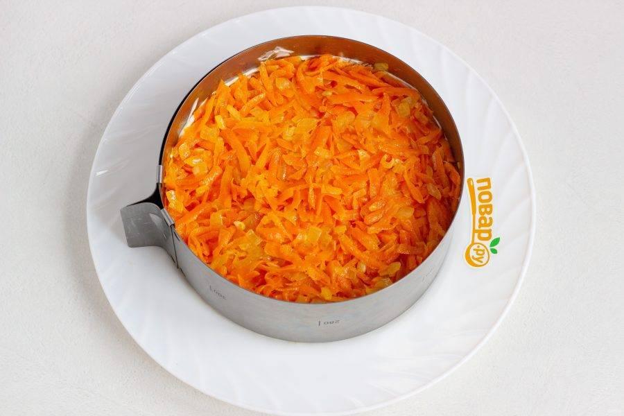 Лук и морковь пассеруйте на растительном масле, посолите по вкусу, остудите и выложите третьим слоем салата. Здесь на ваш вкус - можно смазать небольшим количеством майонеза или оставить слой без него.