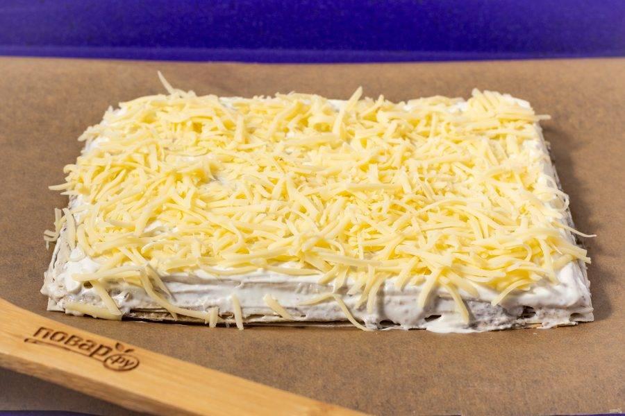 Присыпьте натертым на мелкой терке сыром.