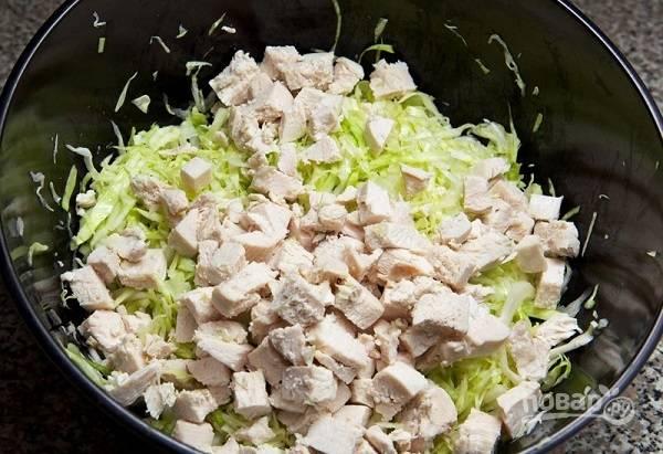 5. Выложите его в салатник. Всыпьте по вкусу соль и (при желании) перец.