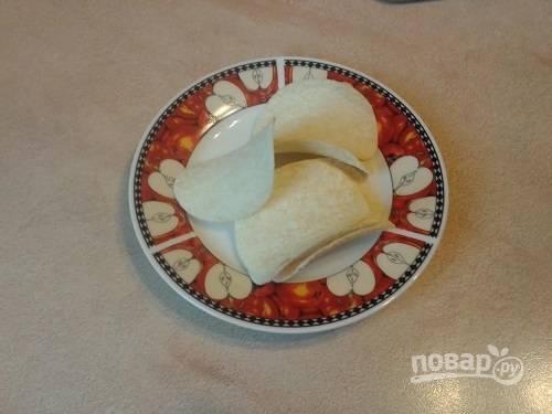 Для этой закуски очень удобно использовать чипсы принглс, у них идеальная форма.