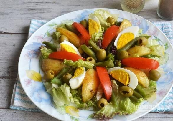 10. Выложите все ингредиенты, добавьте заправку. Салат из печени трески с фасолью и чесноком можно подавать к столу. Приятного аппетита!
