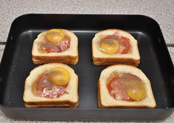 В каждый бутерброд разбиваем по одному яйцу, если яйца крупные, то можно выливать не весь белок, а сколько влезет. Яйцо солим и посыпаем молотым перцем по вкусу.