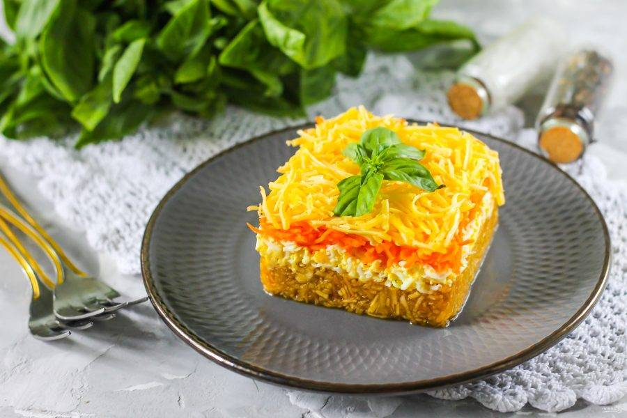 Удалите кулинарную форму, украсьте блюдо по своему вкусу и сразу же подайте к столу.