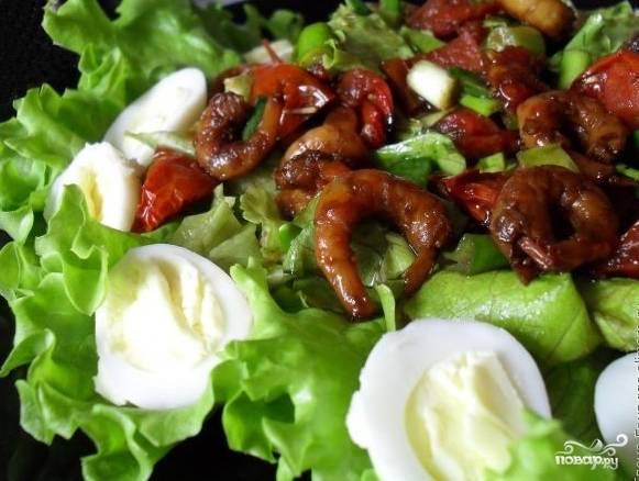 Для украшения используйте отваренные половинки перепелиных яиц. Подавайте салат на плоском блюде. Приятного аппетита!