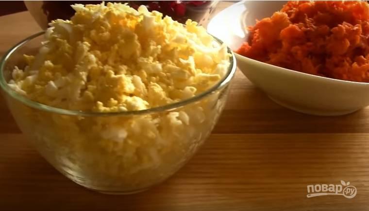 3. Морковь и яйца — на мелкой терке.