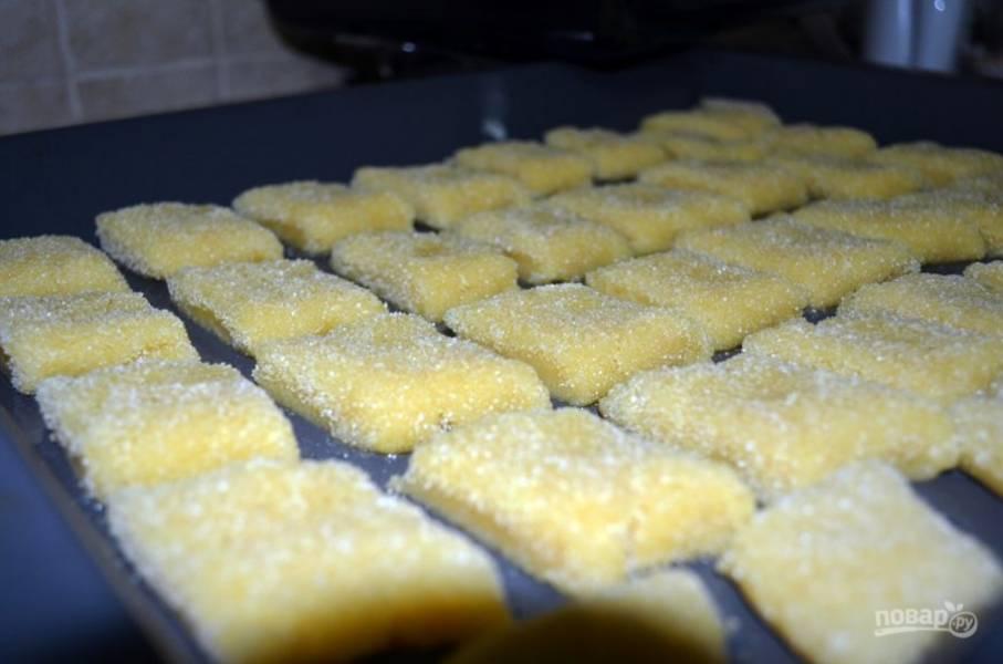 3.Выложите печенье на противень с пергаментом и отправьте в разогретый до 180 градусов духовой шкаф, выпекайте до румяной корочки.