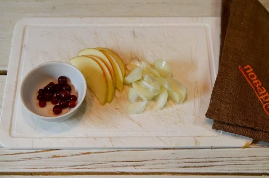 5. Лук и яблоко нарежьте дольками, бруснику помойте или разморозьте.