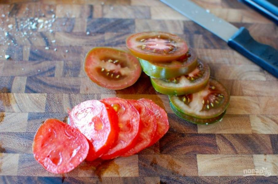 4.Помойте и нарежьте помидоры кольцами.