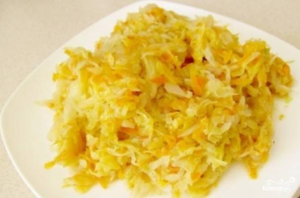 Измельчаем лук, морковь терм на терке, а капусту - шинкуем. Сперва обжариваем на масле лук с морковью до мягкости. Добавляем капусту, вливаем стакан воды, тушим все вместе под крышкой до мягкости капусты. Солим и перчим по вкусу.