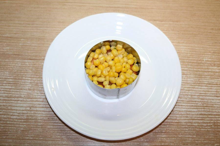 Затем слой кукурузы.